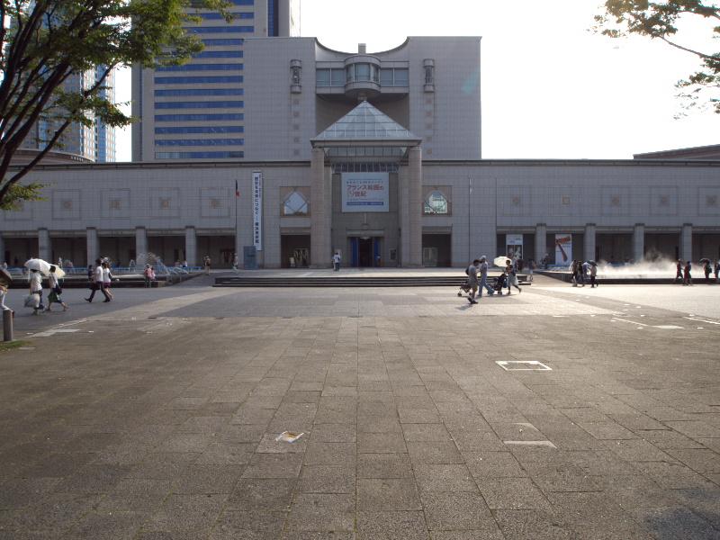 横浜美術館正面