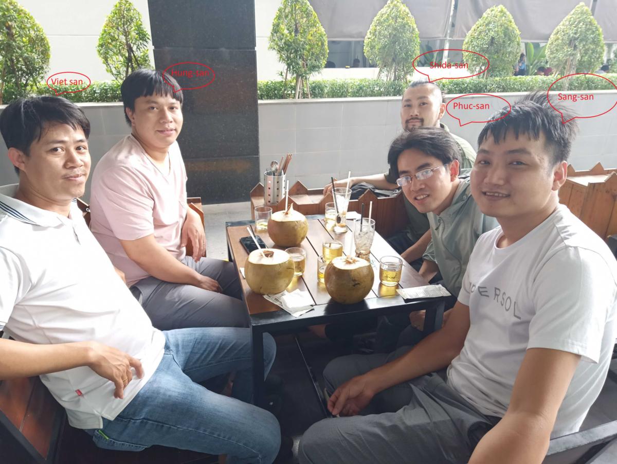 パーソルプロセス&テクノロジーベトナム 現地メンバーと志田さんの写真