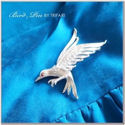 羽ばたく鳥のビンテージブローチ TRIFARI(トリファリ)
