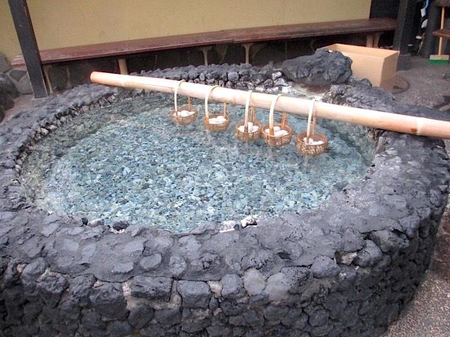 温泉卵をお湯にくぐらせている画像