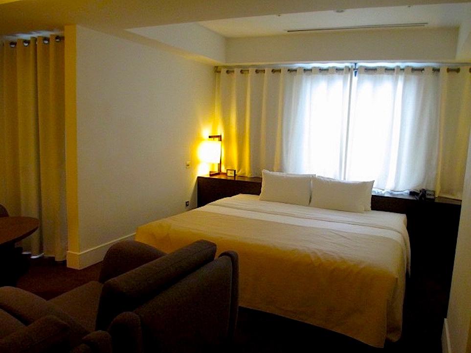 ベッドメイキングされたホテルの寝室