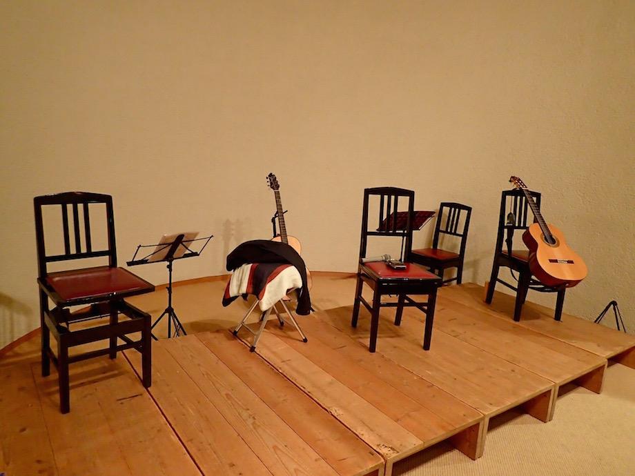 ギターと椅子の置かれた近江楽堂ホール