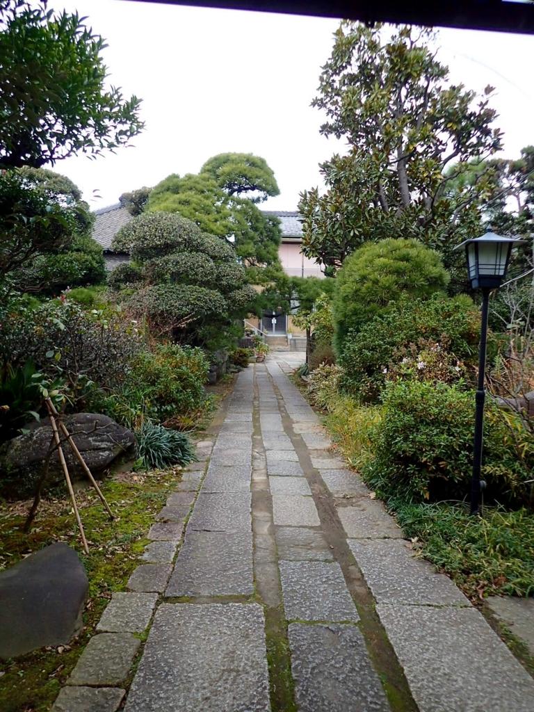 広い敷地の庭の中の道