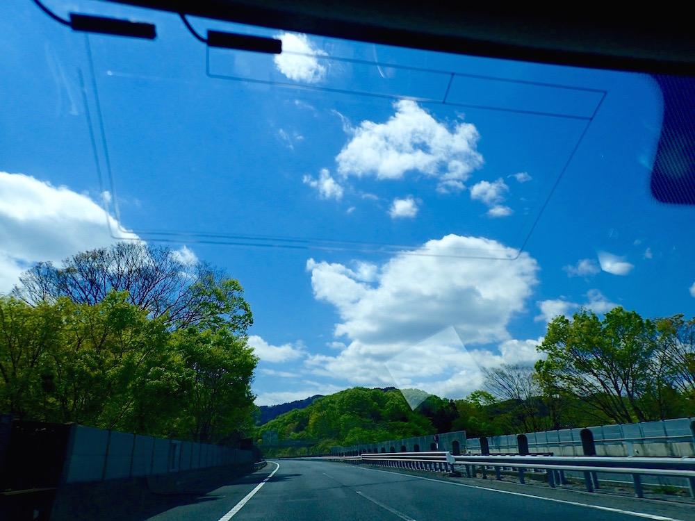 車窓から中央道をの望む風景