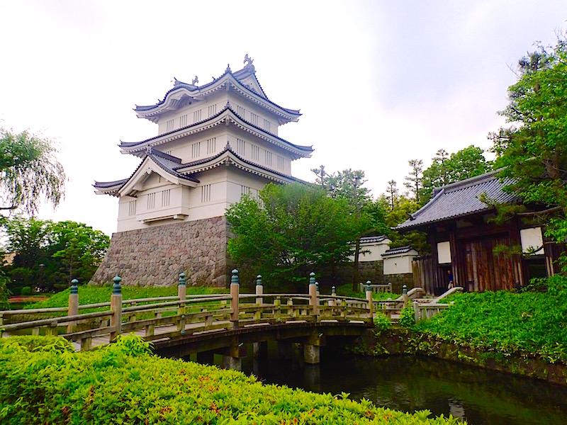 忍城天守閣とお堀にかかる太鼓橋