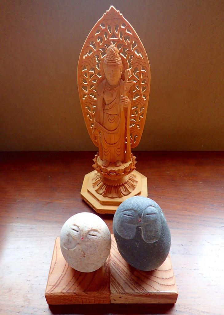 木彫りの聖観音像とふたつの石彫りの縁結び地蔵