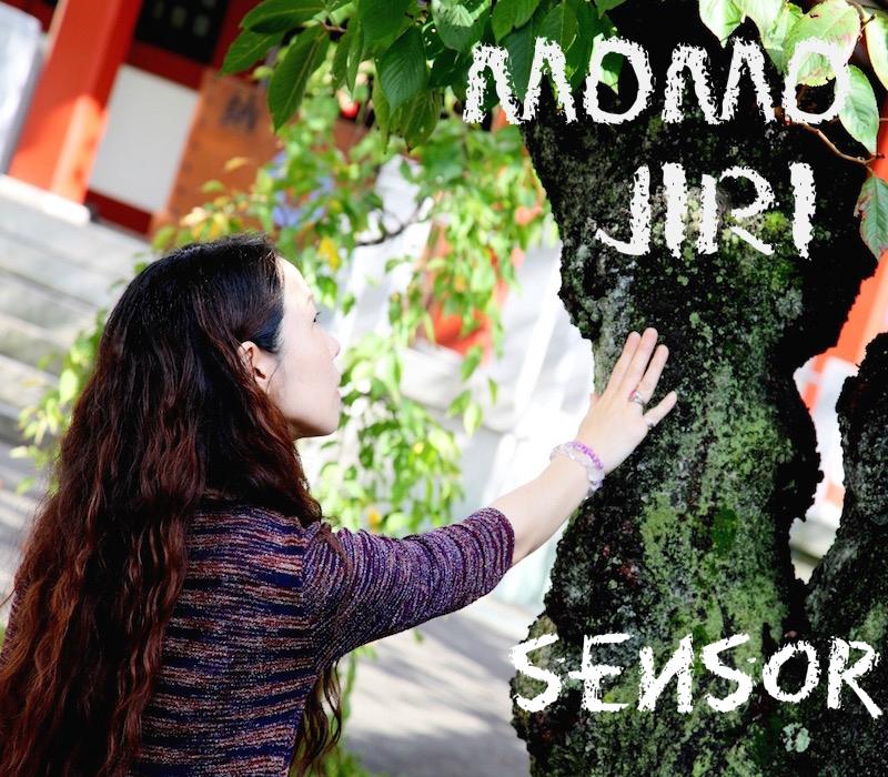 木に触れているジョセ桃尻(女性)の横顔