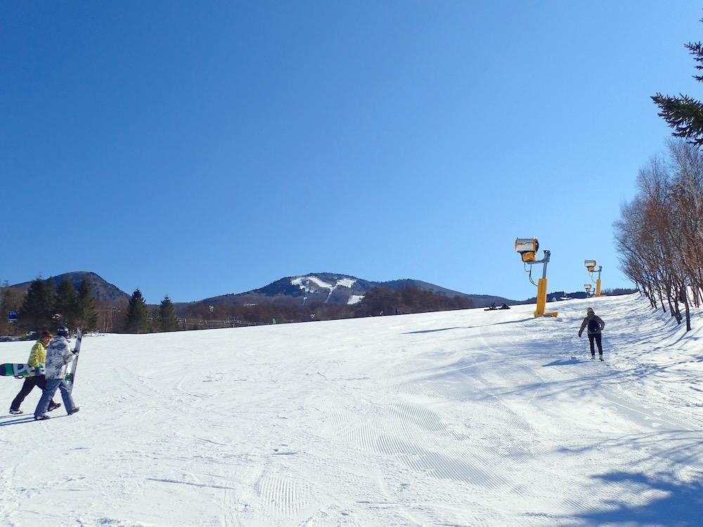 雪山ゲレンデでスノボ