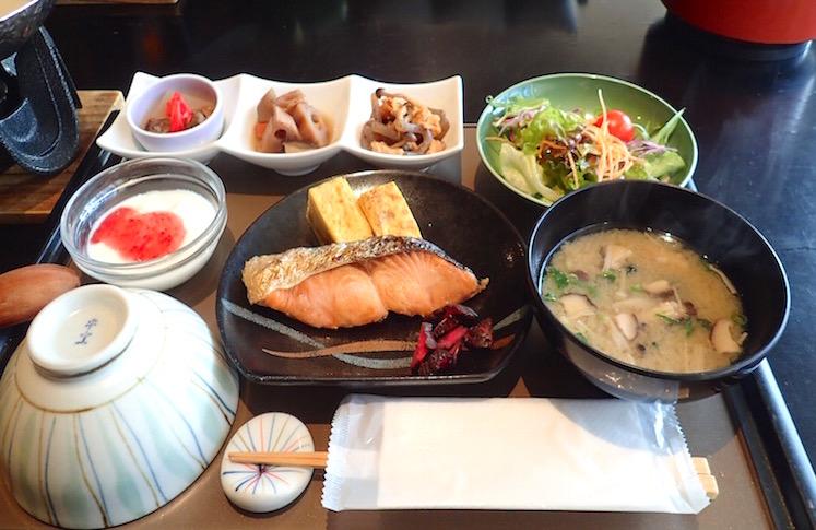 塩鮭や味噌汁など和朝食御膳