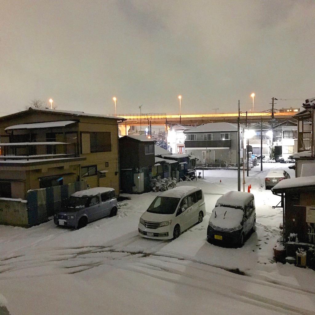 雪の積もった自宅そばの景色