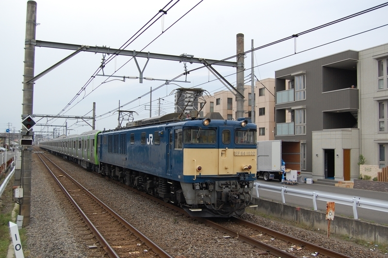 EF64 1032号機牽引E235系トウ02編成