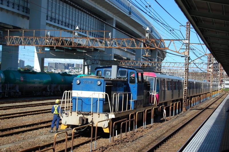 DD5516号機牽引都営12-731F