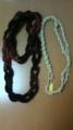 組み紐カチューム(右)と毛糸のふわもこネックレス(左)