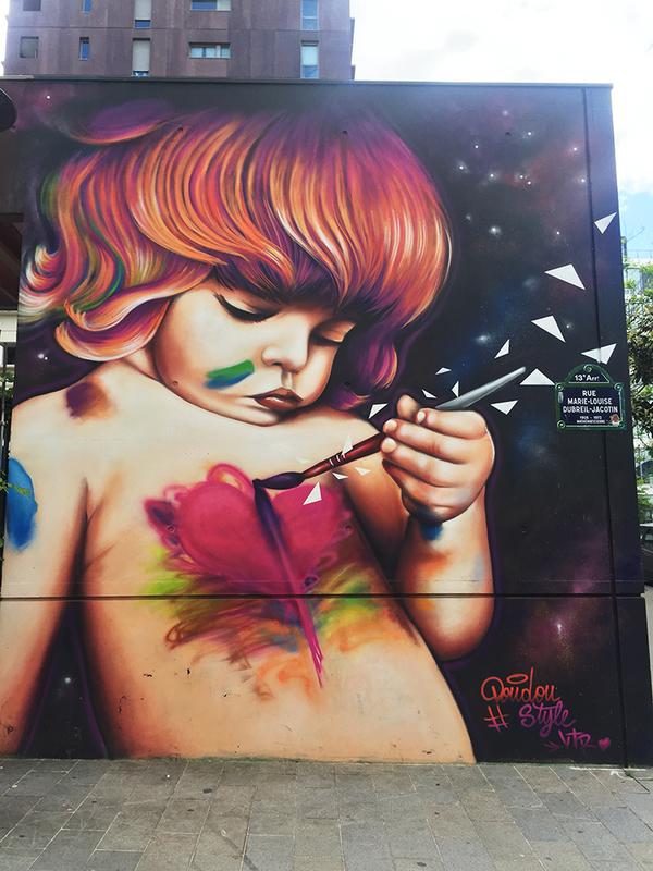 グラン・ムーラン公園の近くの壁画