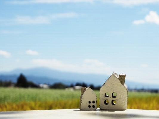 家のミニチュアと田園風景の画像