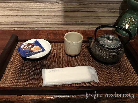 お茶とお菓子の写真