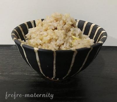 お茶碗に盛られた玄米の写真