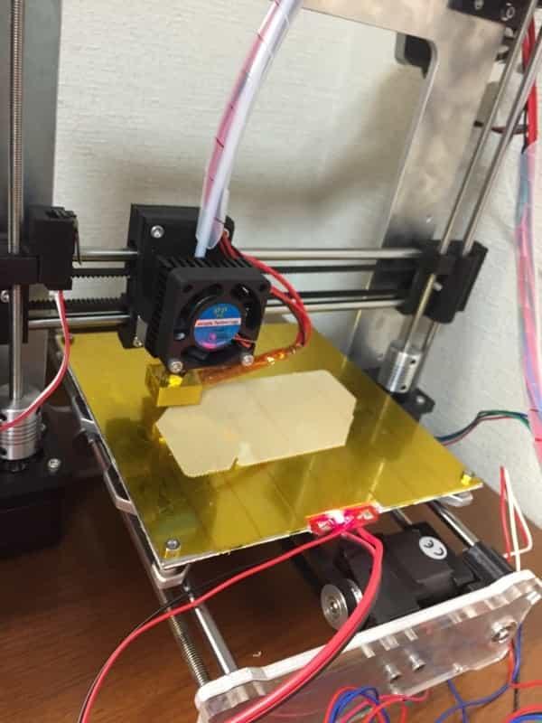 3Dプリンタで出力している所