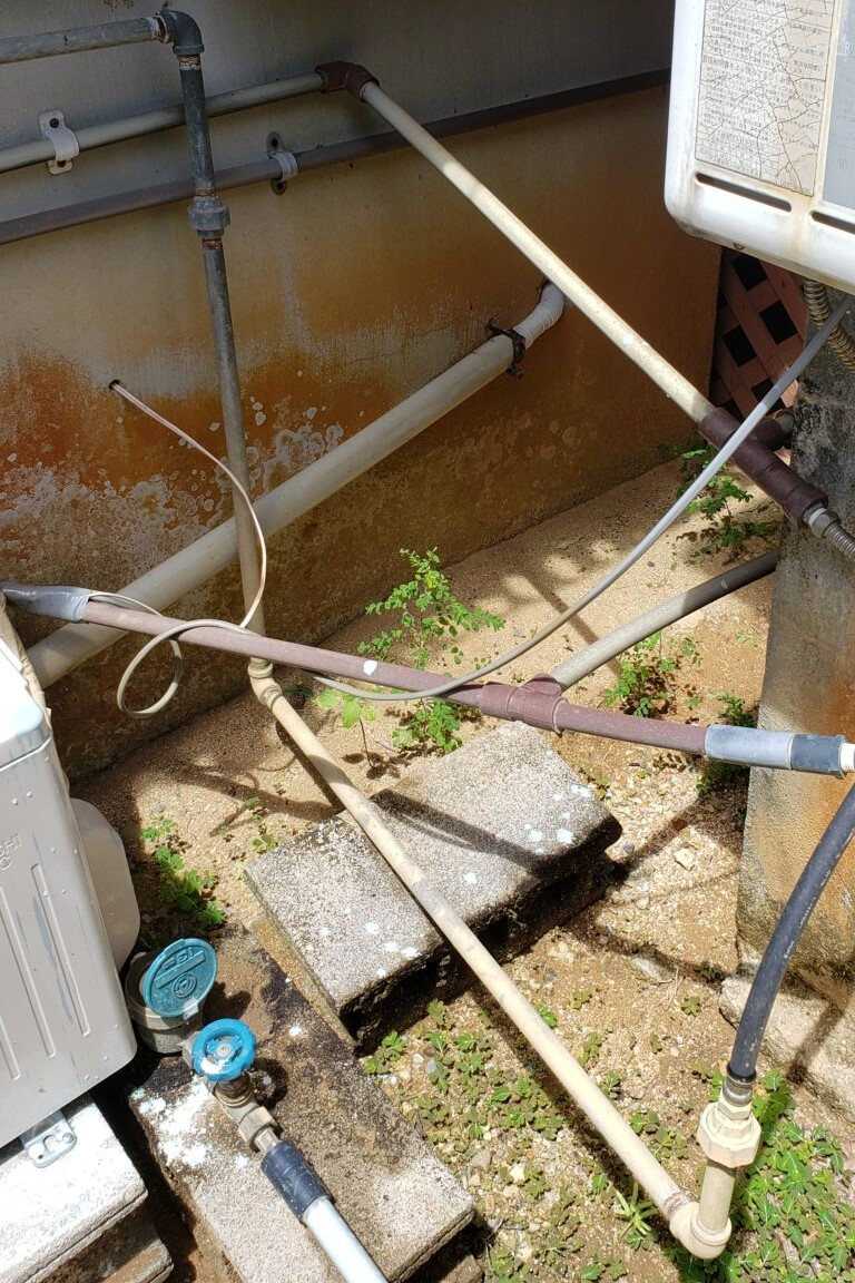 水道管が高い位置に設置されて通れない裏口