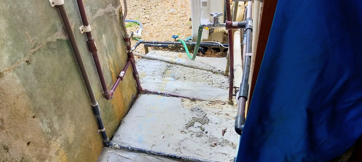 水道管工事をして裏口から裏庭へ開通