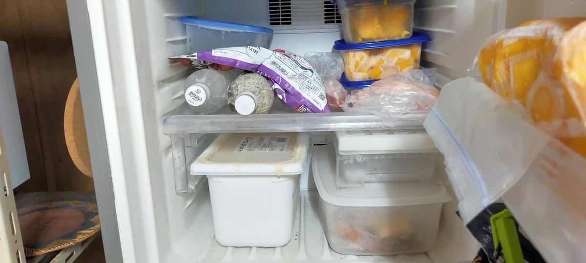 森永乳業 ラムレーズンアイス バルク 4L 冷蔵庫に入れた状態四分の一がアイスで埋まっている