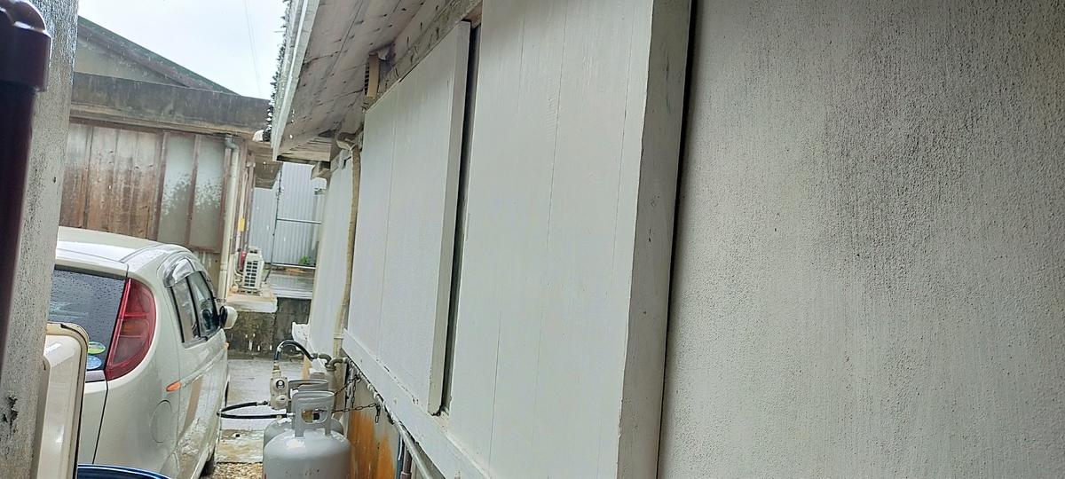 白い防風戸を窓に設置して台風対策