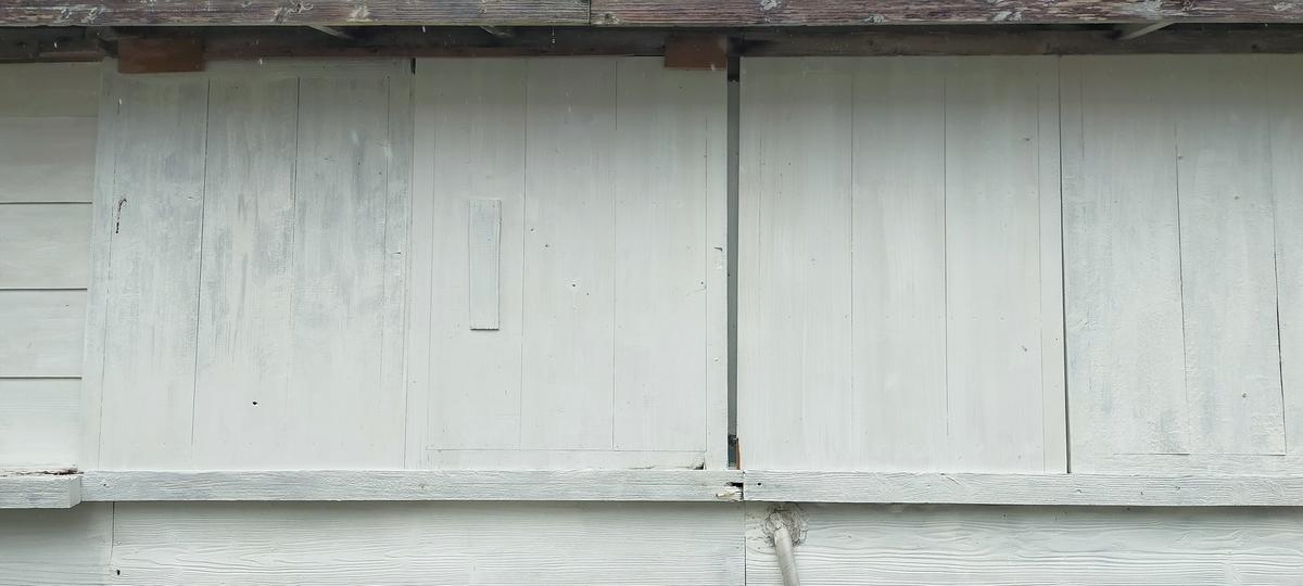 防風戸を閉めレールに板を打ち付けた