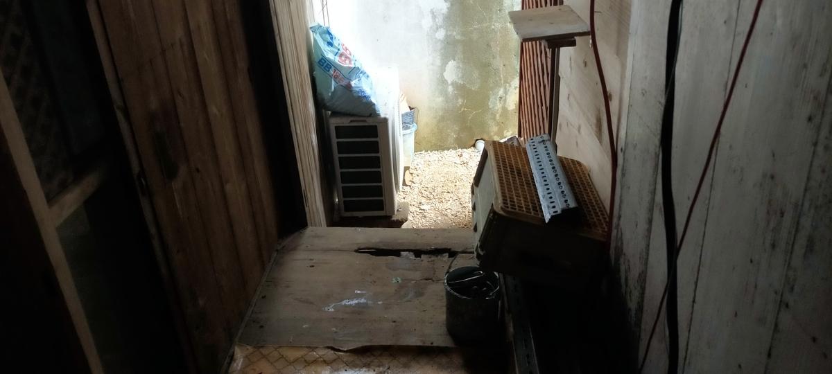 裏口の飛散物は家の中へ入れ台風対策をした状態