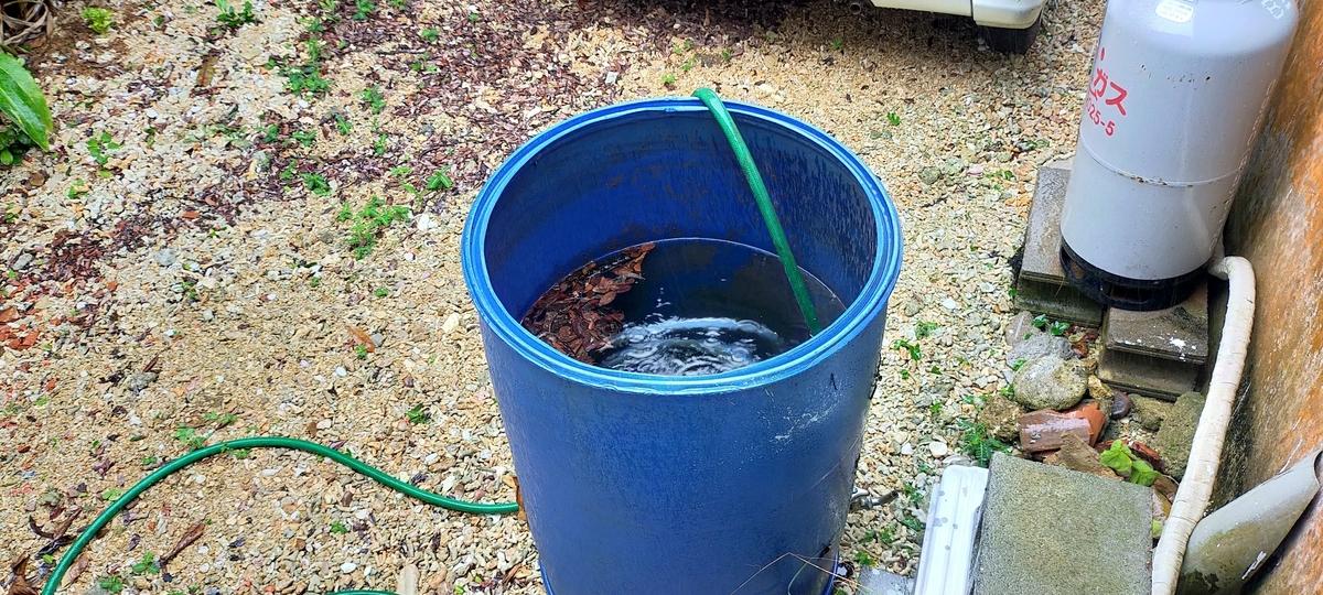裏庭の飛散物(タンクに水を入れ飛ばないようにする)