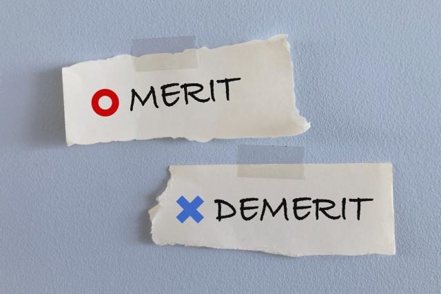〇メリット(赤文字)&×デメリット(青文字)のシールで貼りつけられた紙