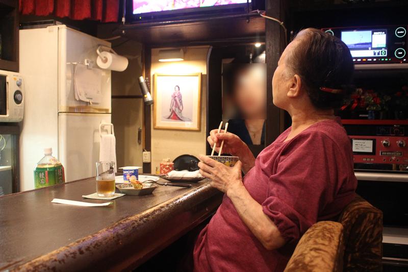 【人情酒場】1,000円でダラダラし放題の居酒屋さんで、ママさんの話を聞いてたらホロリと泣けた【高円寺】