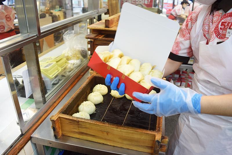 大阪人にとって「551蓬莱の豚まん」はいったい何なのか【ナニワ定番研究】