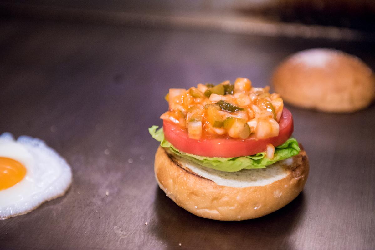 【グルメバーガーの名店】そびえ立つピリ辛バーガーはミディアムレア【Jack37Burger】