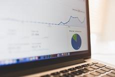 Google Analyticsの統計を描写しているノートブックPC