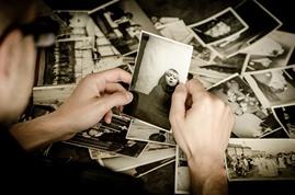 写真を選んでいる人のイメージ