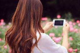 スマホで写真を撮る女の子