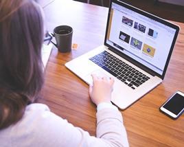ブログ改造をしている女性のイメージ