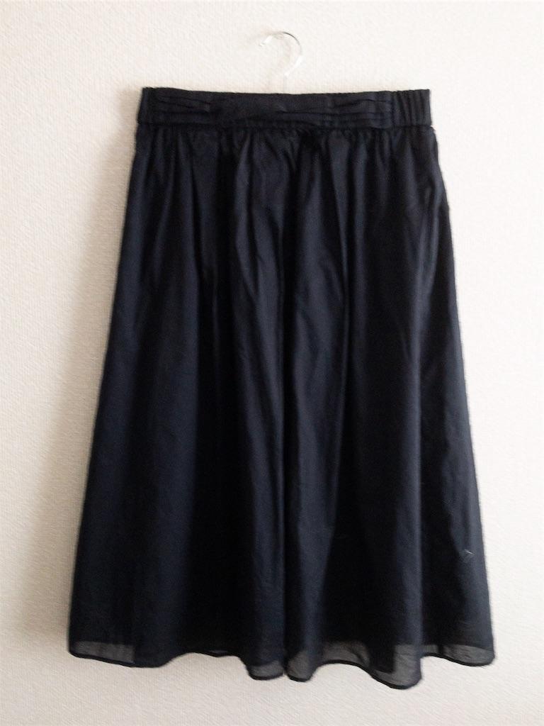 黒のミディ丈スカート