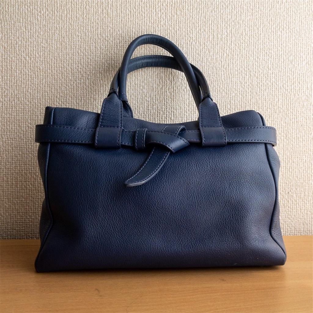 青のハンドバッグ