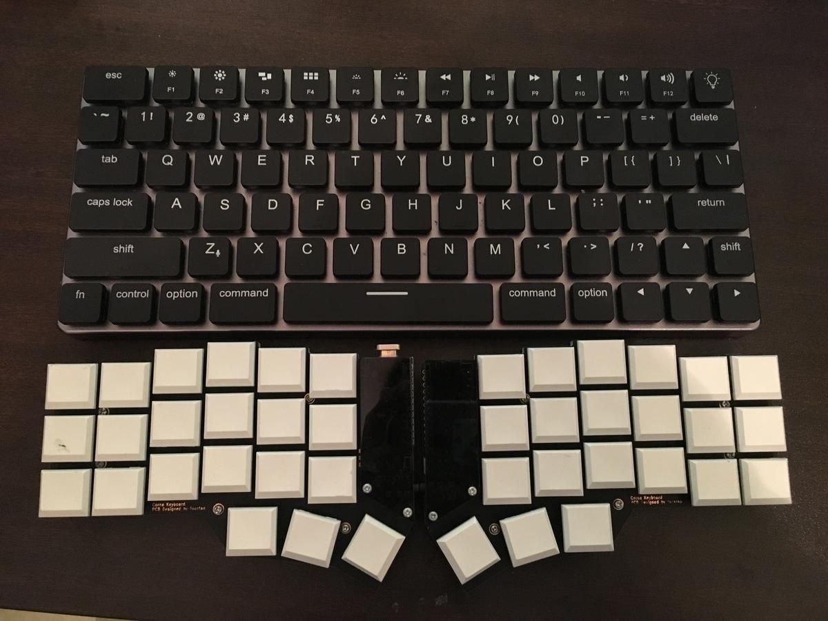 写真上に60%キーボード、下に40%の分割キーボードが置かれている
