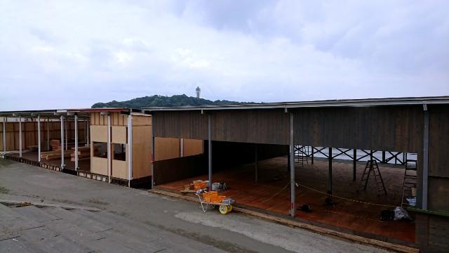 準備中の海の家、江の島水族館裏