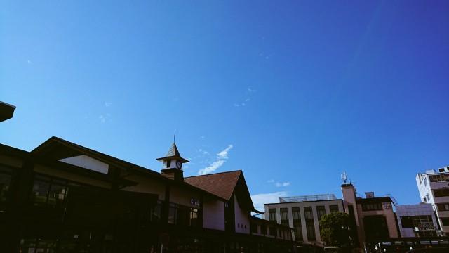 真っ青な空の鎌倉駅