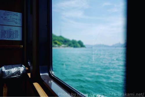 小島行きの船の中から海を撮影