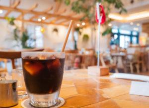 アイスコーヒーとカフェ店内