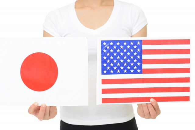 日本とアメリカの旗を持つ女性