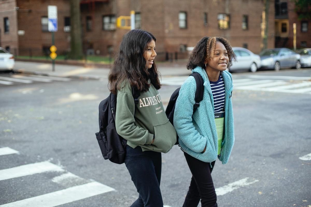 歩いて登校するアメリカの生徒