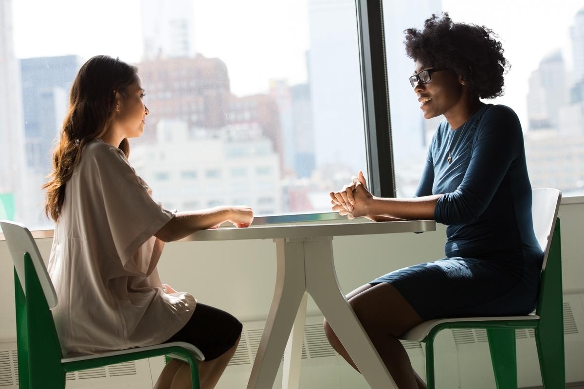 会話をする二人の女性