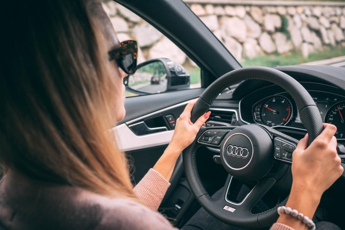 左ハンドル車を運転する女性
