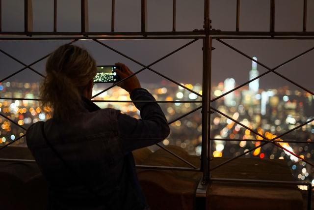 夜景を撮影する女性