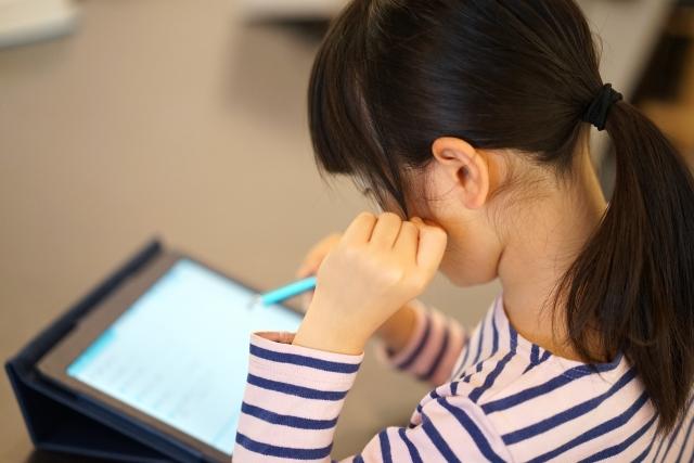 タブレット学習をする小学生